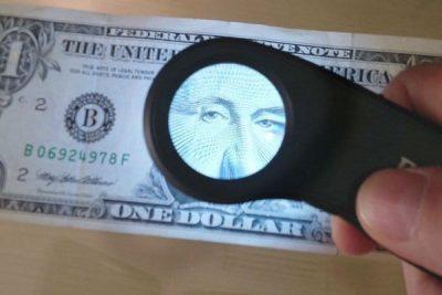lupa con luz para detectar falsificaciones