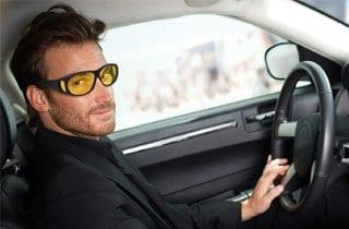 hombre con gafas amarillas