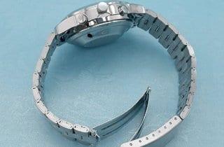reloj de pulsera plateado