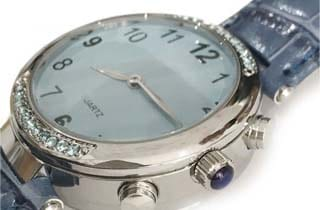 reloj con esfera azul y piedras tipo circonitas