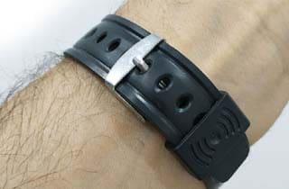 reloj parlante de pulsera en goma negro