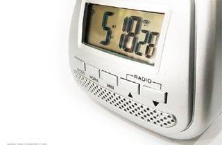 reloj despertador en gris