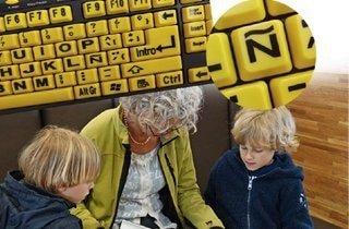 familia utilizando la letra ñ del teclado